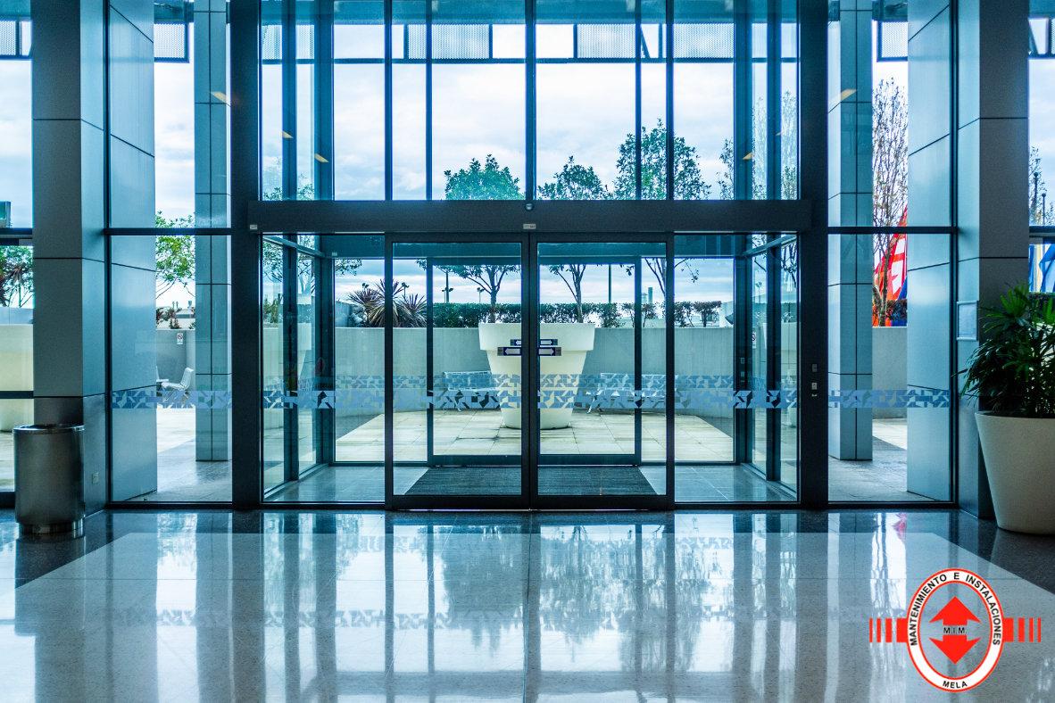 Instalación de puertas automáticas de cristal en Málaga